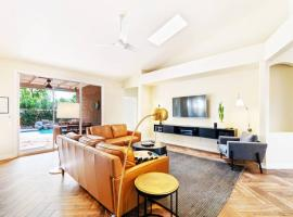 Luxe Private Getaway with Pool & Hot Tub!, villa in Phoenix