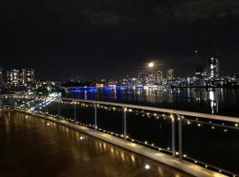 Luxury Penthouse 180Degree waterview PRIVATE DECK Sydney Olympic Park, íbúð í Sydney
