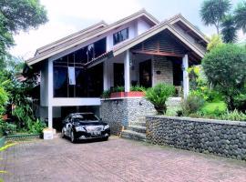 Holidayhome Alam Cipanas Puncak, villa in Puncak