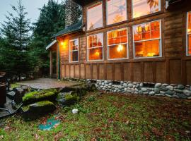 Holiday Home 11MBR Family Cabin with Hot Tub!, hotel in Glacier