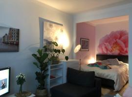 Very Lovely Apartment in city center, hotelli Helsingissä lähellä maamerkkiä Ruoholahden metroasema