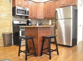 Private apartment walking distance to Wrigley Field, vacation rental in Chicago