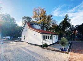 Cozy historical Cottage (Huisje HèHè), hotel in Wassenaar