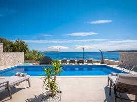 Villa Carisma, hotel with jacuzzis in Vis
