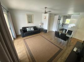 Residential two-bedroom unit on The Strand, self-check in, free Wi-fi, apartment in Townsville