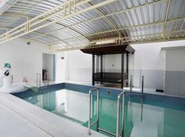 Family House and Pool @kolamkeluarga, hotel with pools in Surabaya