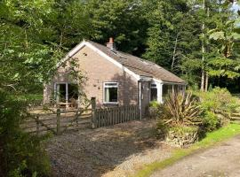Captivating Cottage on Private Estate Sleeps 6, hotel in Moniaive