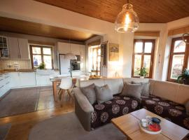 Apartment with private hot tub and garden, apartmán v destinaci Harrachov