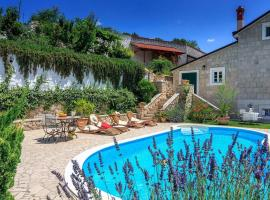 Villa Toscana, hotel with jacuzzis in Sinj