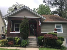 Charming home in Derby city, vacation rental in Louisville