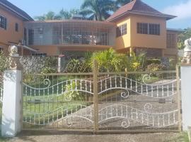 Holiday House, villa in Montego Bay