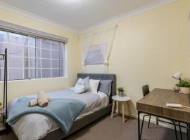 Quiet Private Room in Kingsford near UNSW, Light railway&bus G4 - ROOM ONLY, sumarhús í Sydney
