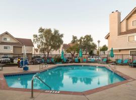 Metro PHX STUDIO QUEEN DOWNSTAIRS sleeps 4 modern design best amenities, apartment in Phoenix
