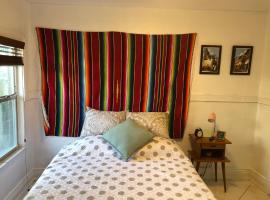 V - Cozy Room in the Heart of Little Havana (Ap 3), homestay in Miami