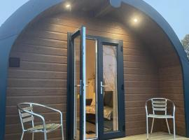The pod with hot tub, lodge in Pathhead
