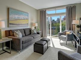 City / Water View Oasis + Pool & Gym in Heart of Seattle, apartment in Seattle