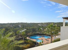 Beautiful luxury apartment in Las Colinas Golf & Country Club, shared pool, hotel en Orihuela Costa