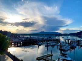 Oceanfront Suites at Cowichan Bay, hotel near Swartz Bay Ferry Terminal, Cowichan Bay