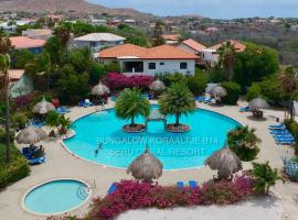 Beautiful detached holiday house in Curacao located at unique location in Seru Coral Resort, casa de temporada em Willemstad