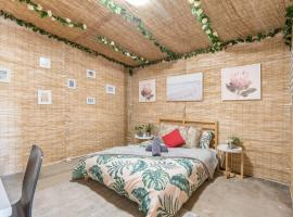 Rustic Private Room in Waterfront Beach Retreat 10 - ROOM ONLY, villa í Sydney