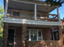 The 540- With Private Yard & Free Parking, Minutes From Falls & Casino By Niagara Hospitality, vacation rental in Niagara Falls