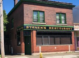 The Pub- With Private Yard & Free Parking, Minutes From The Falls & Casino By Niagara Hospitality, vacation rental in Niagara Falls