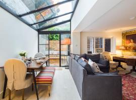 Quiet Classical Modern Designer Garden Flat, holiday home in London