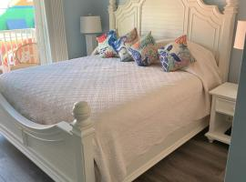 Perfect Harbour House one BR on pool deck, vacation rental in Fort Myers Beach