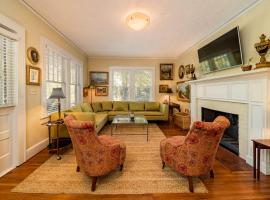 1920's Bungalow Walk Downtown Parks King Beds, vacation rental in Greenville