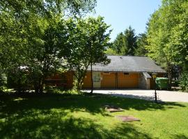 A wooden chalet located in a quiet and green environment, for 5 people, hotel in Ovifat