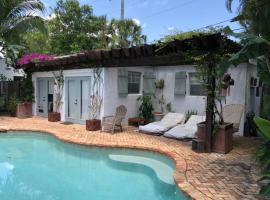 Charming Pool Cottage in Belair Historic District, villa in West Palm Beach