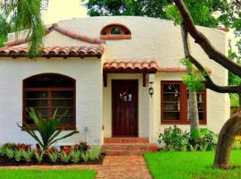Casa Bronce - Renovated 2bd-1ba with Private Pool, villa in West Palm Beach