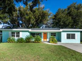 Bright & Airy Clearwater House 5 Miles to Beach! home, vacation rental in Clearwater