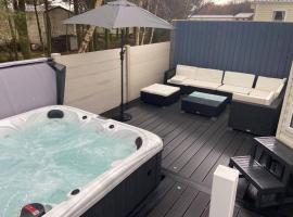 Amazing Private Hot Tub & Lounge Mini Lodge, hotel in Swarland