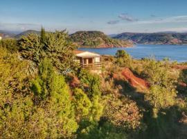 Studio 32m2 - dans propriété avec vue imprenable sur le Lac du Salagou, hotel near Salagou Lake, Liausson