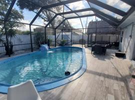 4 2 Pool House With Tiki Hut Near Hardrock Casino, villa in Fort Lauderdale