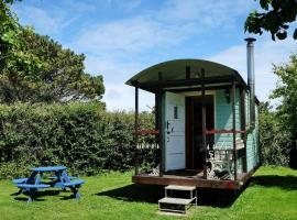 Cornish Cosy Shepherds Hut, hotel in Lizard