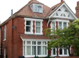 Fabulous 3 bedrooms garden hot tub sleeps 8, hotel with jacuzzis in Bournemouth