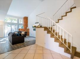 Gated community private home steps to the beach shops and restaurants, vacation rental in Huntington Beach