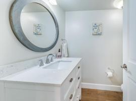 Remodeled great location with AC Jacuzzi foosball roof deck Steps to beach, vacation rental in Huntington Beach
