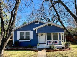 BLUE BUNGALOW-Premier Location and Charm Galore, vacation rental in Fredericksburg