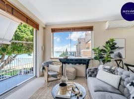 STUNNING HARBOURSIDE APARTMENT // CLOSE TO CBD, vacation home in Sydney