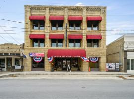 The Alcalde Hotel by OYO, hotel in Gonzales