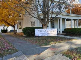 White House Lodge-1880's Home-2Bd- Upper Parkview, apartment in Brookfield