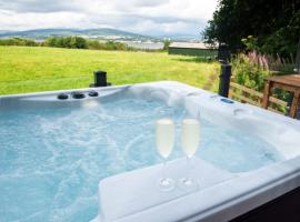 Luxurious Super-king Lodge with hot tub, hotel near Dumbarton Castle, Langbank