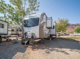 Outdoor Glamping Laredo Trailer OK27, apartment in Moab