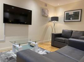 AMAZING 2 Bed 2 Bathroom LUXURY Apartment FREE Parking, budget hotel in Watford