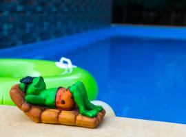 Lazy Frog Guest House, hotel with pools in Cavelossim