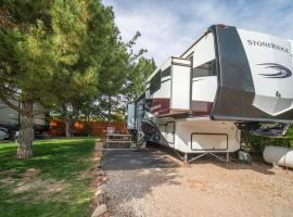 Outdoor Glamping Large 5th Wheel Setup OK4A, vacation rental in Moab