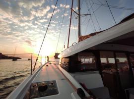 Nuit à bord d'un catamaran, boat in Marseille